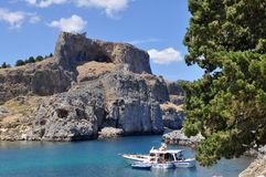 De Akropolis van Lindos over haven Rhodos, stock afbeelding