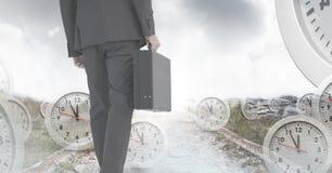De aktentas van de zakenmanholding met surreal overgang van de klokkentijd stock foto's