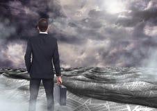 De aktentas van de zakenmanholding in overzees van documenten onder donkere hemelwolken Royalty-vrije Stock Foto's