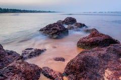 De aktuella havsvågorna och de härliga stenarna arkivbilder