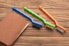 De alambre del cepillo del papel de lija del equipo del fondo todavía de la teca vida de madera Fotos de archivo libres de regalías