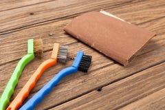 De alambre del cepillo del papel de lija del equipo del fondo todavía de la teca vida de madera Imagen de archivo