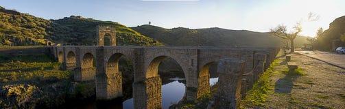 De Alcantara-Brug in Alcantara, Spanje Stock Afbeelding