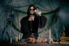 De alchimist creeert een elixir van de eeuwige jeugd Halloween royalty-vrije stock foto