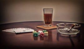 De alcohol, kaarten, dobbelt en sigaret Royalty-vrije Stock Afbeelding