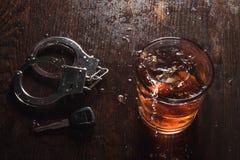 De alcohol sluit Handcuffs stock foto