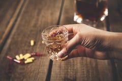 De alcoholdrug van de vrouwenhand stock afbeelding
