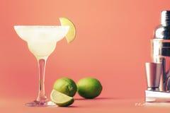 De alcoholische cocktail van kalkmargarita met zilveren tequila, likeur, citroensap, suikerstroop, zout en ijs, feestelijk in roz stock afbeeldingen