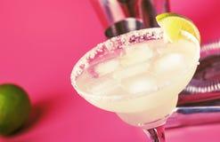 De alcoholische cocktail van kalkmargarita met zilveren tequila, likeur, citroensap, suikerstroop, zout en ijs, feestelijk in roz royalty-vrije stock foto