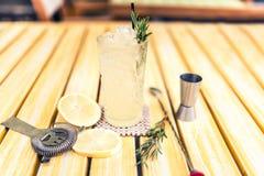 De alcoholische limonadedrank met jenevertonicum, kalk, rozemarijn en ijs diende koude bij lokaal bar, bar of restaurant Royalty-vrije Stock Fotografie