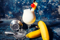 De alcoholische verse cocktail gediende koude van Pinacolada met kokosnoot Stock Fotografie