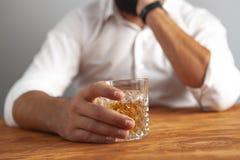 De alcoholverslaving van de zakenmandrank royalty-vrije stock afbeelding