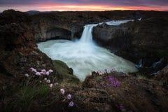 De Aldeyjarfosswatervallen is gesitueerd in het noorden van IJsland stock fotografie