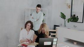 De algemene manager vindt plotseling zijn werknemers terwijl zij pret hebben en selfie in het werktijd nemen Boze Werkgever stock video
