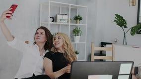 De algemene manager vindt plotseling zijn werknemers terwijl zij pret hebben en selfie in het werktijd nemen Boze Werkgever stock footage