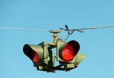 De alle-manier houdt verkeerslichten tegen hangend van draad Royalty-vrije Stock Foto's