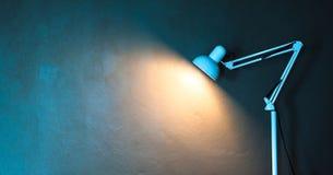 De alleen lamp glanst Royalty-vrije Stock Afbeeldingen