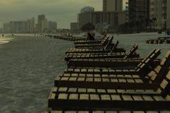 De alleen van het ontwerprimpelingen van het ligstoelenwater mistige godsdienst van de het strandbezinning stock foto's