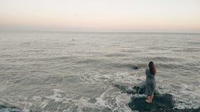 De alleen vrouw bekijkt met hoop de oceaan stock video
