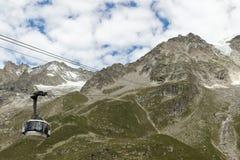 De Alpen, Frankrijk-Italië grens, 29 Juli 2017 - de kabelwagen r van Skyway stock foto