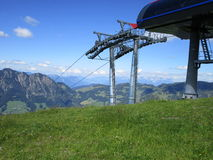 De Alpen - Mening van bergpieken en kabelwagenskilift in Oostenrijk royalty-vrije stock afbeelding