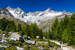 De Alpen van Zwitserland slepen en landschap in Zermatt stock afbeelding