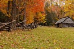 De alpha- omheining en de schuur van de herfst stock afbeelding