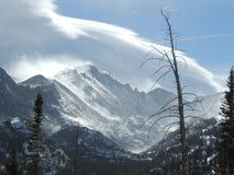 De alpiene pieken van Colorado met wolken stock fotografie