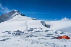 De alpinistenkamp van Berelskoesedlo Rode tentin de sneeuw Weergeven aan de Belukha-Berggletsjers r Altai, stock fotografie