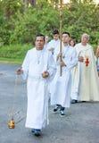 De altaarjongen leidt een openlucht katholieke optocht royalty-vrije stock foto's