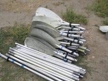 De aluminiumroeispanen van kajaks worden gedemonteerd op het strand stock afbeeldingen