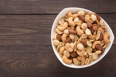 De amandel, macadamia, pinda, cachou is in een slag Stock Foto's