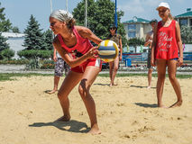 De amateurconcurrentie van het strandvolleyball in het de recreatiekamp van de kinderen in Anapa in Krasnodar-gebied van Rusland stock foto