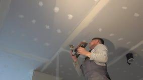De amateurmens past gezamenlijke samenstelling tussen drywall panelen toe stock footage