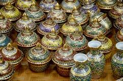 De ambacht Benjarong is traditionele Thaise vijf basiskleurenstijl pott stock foto's