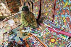 De ambachten zijn perpared voor verkoop door landelijke Indische vrouw Royalty-vrije Stock Foto's