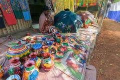 De ambachten zijn perpared voor verkoop door landelijke Indische vrouw in Pingla-dorp, India Stock Fotografie