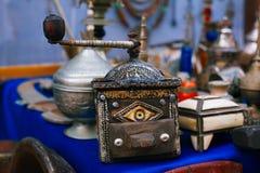 De ambachtenherinneringen van koffiemolen Marokkaanse souk in medina, Essaouira, Marokko Royalty-vrije Stock Foto's