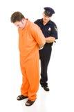 De ambtenaar doet Gevangene de handboeien om Royalty-vrije Stock Fotografie