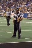 De Ambtenaren van de Voetbal van de arena bij het Spel van Arizona Rattlers Stock Fotografie