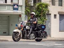 De ambtenarenaandrijving van San Francisco Police Department op motorfiets stock foto's