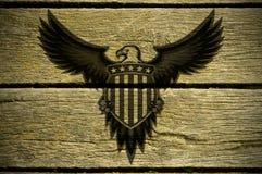 De Amerikaanse adelaar wordt bijeengeroepen op houten raad stock foto