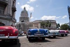 De Amerikaanse Auto's zien Cubaans Capitool onder ogen Stock Afbeeldingen