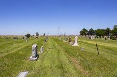 De Amerikaanse begraafplaats van het land uit op de vlaktes met sommige die graven voor Memorial Day en landbouwgrond in de afsta royalty-vrije stock afbeeldingen