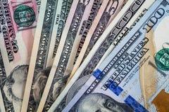 De Amerikaanse dollars uit op grijze leiachtergrond worden gewaaid, vlakte die lagen royalty-vrije stock foto's