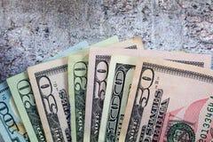 De Amerikaanse dollars uit op grijze leiachtergrond worden gewaaid, vlakte die lagen royalty-vrije stock fotografie