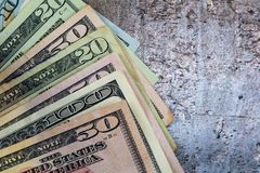 De Amerikaanse dollars uit op grijze leiachtergrond worden gewaaid, vlakte die lagen royalty-vrije stock foto