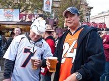 De Amerikaanse Fans van de Voetbal genieten van een Pint bij de Verzameling van de Ventilator. Royalty-vrije Stock Foto's