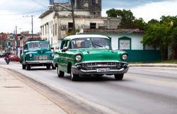De Amerikaanse klassieke auto's drived op de weg in Havana Stock Afbeelding