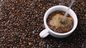 De Amerikaanse koffie wordt gebrouwen met kokend water in een witte kop stock videobeelden